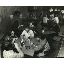 1982 Press Photo American Motor Workers Gather In Freddie's Bar East - mja45700