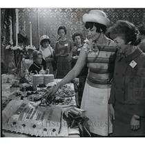 1966 Press Photo Mrs. Lovell cuts big cake shaped as a telegram with Mrs. Marcus