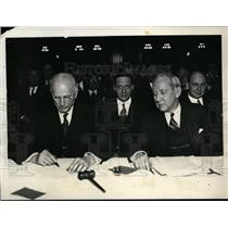 1932 Press Photo Daniel Williard and David Robertson Sign 10% Pay Cut Pact