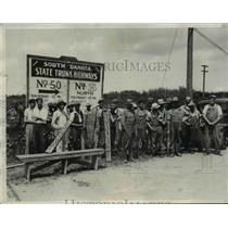 1932 Press Photo Striking Farmers Stop Produce Trucks from Entering Sioux City