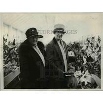 1926 Press Photo Mrs William Jardine, Mrs RW Dunlap Agriculture Dept. Greenhouse
