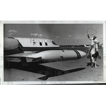 1976 Press Photo Sunriver wrangler Kent Case throws a loop at WHD's learjet,
