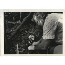 1922 Press Photo Multnomah County Medical Examiner Paul Horan unearths skeleton