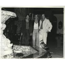 1972 Press Photo Actors Watch Antics of Ducks in the Lobby of the Peabody Hotel