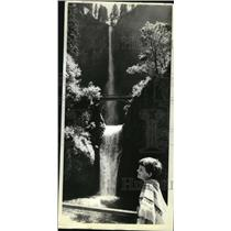 1978 Press Photo Sharla Hancock looking at Oregon's Multnomah Falls - oro10944