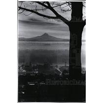1977 Press Photo Fog dimmed Mount Hood dominate eastern horizon from West Hills