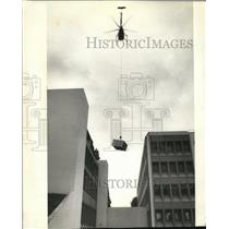 1988 Press Photo Hillsboro Helicopter lifts a new air conditioner for Courthouse