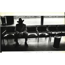 1981 Press Photo Joe Louis, famous sports figure sits in Portland airport bench
