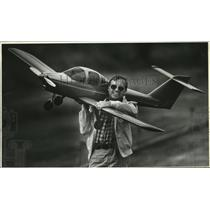 1982 Press Photo Dr. Kenneth Melvin with a scale model of Piper Tomahawk