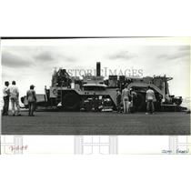 1988 Press Photo Crew resurfacing main runway at Spokane International Airport