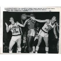 1961 Press Photo Lakers' Ray Felix vs Pistons' Chuck Noble, George Lee