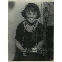 1924 Press Photo Helen Frey builds a radio with 18 cents worth of materials