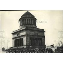 1927 Press Photo Expedition members at Grant's Tomb with travel equipment
