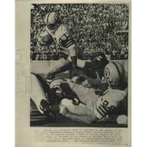 1971 Press Photo Redskins' Charley Harraway moved back by Bears for 2 yard loss