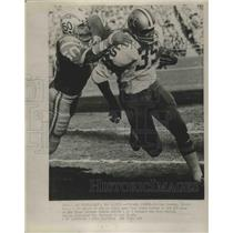 1972 Press Photo Cowboys' Calvin Hill gains 12 yds on swing pass vs Chargers