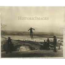 1925 Press Photo Alf Ba Kken of the Norge Ski Club making his winning leaf