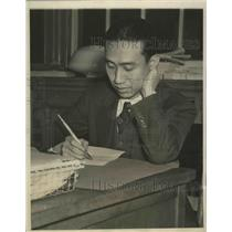 1940 Press Photo Chan Chang Yuen Filling Out His Questionnaire at P.S. #1