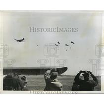 1945 Press Photo New York Parachutes carrying supply packs dropped to troops NYC