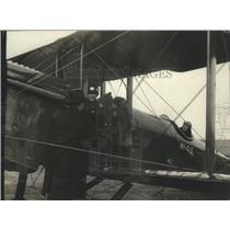 1921 Press Photo Friends & Family Saying Goodbye to Goldstron - ney25542