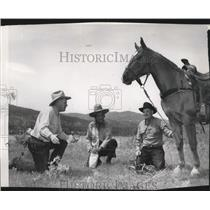 1950 Press Photo Cowboys chat while having a break - spa38104