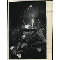 1993 Press Photo Flowers and a Candle in a Crematorium at Auschwitz in Poland