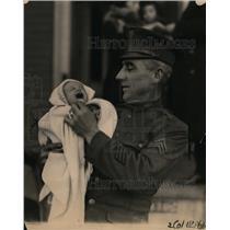 1922 Press Photo Sergeant Frederick Knight & Baby George Tusinski - neo01113