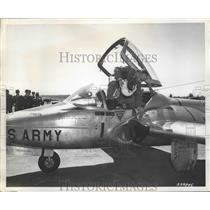 1958 Press Photo Lt Col Jack W Ruby Climbs Out of T-37 Jet Aircraft at Fort Polk