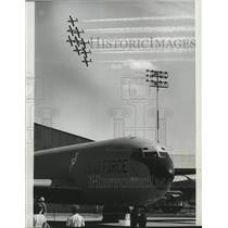 1977 Press Photo Canadian aerobatic team takes spotlight from transport aircraft