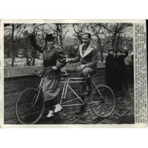1935 Press Photo Mr & Mrs Albert Francke Jr Tandem Bicycle, New York - ftx01368