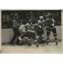 1977 Press Photo Islanders Gerry Hart, J Parise vs Flyers Rick MacLeish