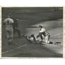 1961 Press Photo Yankee Tony Kubek vs Ed Yost of LA, umpire Linsalatta