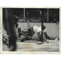 1975 Press Photo Glenn Reach of NY Islanders makes save vs Penguins at NY hockey