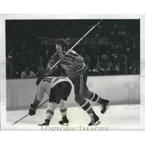 1974 Press Photo Canadiens Larry Robinson vs Flyers Bobby Clarke in Stanley Cup