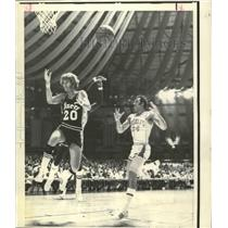 1971 Press Photo Sixers' Dennis Awtrey loses the ball to Rockets Dick Cunningham