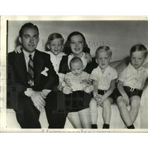 1938 Press Photo Bing Crosby, Film Star, With His Wife and Four Kids - mjx24563