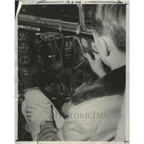 1951 Press Photo One-Hand Flying Can Be Done if Plane is Equipped with New Steer