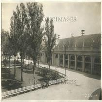 1913 Press Photo Park Outside A Building - RRY21935