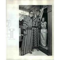 1972 Press Photo Audrey McCall Gets One Last Peek - ora66212