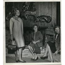 1966 Press Photo Mrs Robert C Notson center, wife of executive editor of the