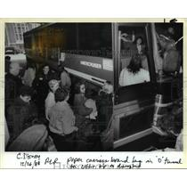 1988 Press Photo Oregonian carriers board bus for winning trip to Disneyland
