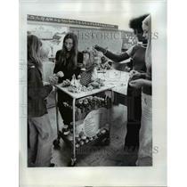 1974 Press Photo Laura Schwantkopf on consumer education at Richmond School