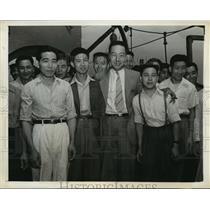 1942 Press Photo New York Tsune Chi-Yu poses with Chinese Sailors NYC