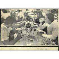 1974 Press Photo New Orleans Saints - Team members eating in Vero Beach.