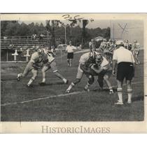 1972 Press Photo Edd Hargett Quarterback New Orleans Saints Handing Off Ball