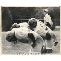 1972 Press Photo Coach Standing by New Orleans Saints Players at Practice