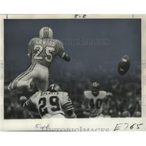 1975 Press Photo New Orleans Saints - Maurice Spencer hist Oilers' Jerry Levias.