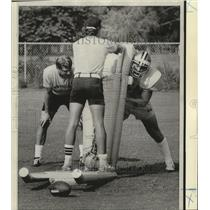 1974 Press Photo New Orleans Saints Linebacker Practicing with Blocking Sled