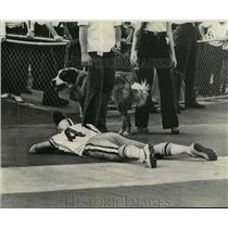 1973 Press Photo New Orleans Saints- Saints mascot Gumbo heads for the exit.