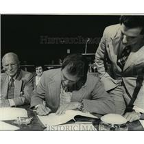 1975 Press Photo New Orleans Saints - Owner John Mecom Jr. signs papers.
