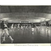 1977 Press Photo New Orleans Saints- Saints practice inside the Rivergate.